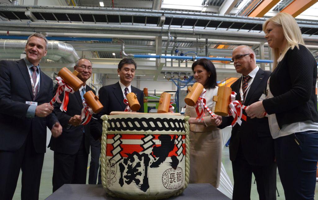 Kagami-wari - japoński zwyczaj, ceremonialne rozbicie beczki z sake, który ma przynieść szczęście nowej inwestycji Nifco