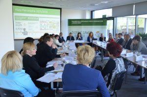 """W pierwszym spotkaniu klastra """"INVEST in EDU"""" wzięło udział 40 osób – reprezentantów firm, szkół i władz lokalnych"""
