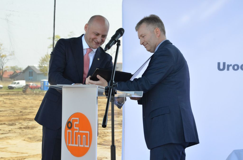 "Tomasz Jakacki, Vice-President of WSEZ ""INVEST-PARK"", presented Andrzej Durdyń with a commemorative agate, which is given to entrepreneurs as a mark of appreciation of their exceptional achievements in the Wałbrzych zone"