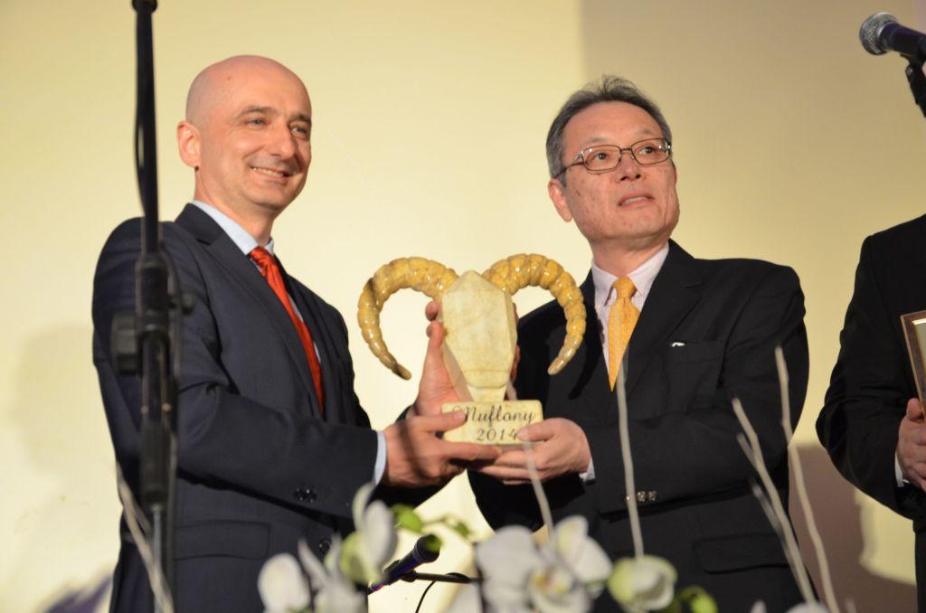 """Wiceprezes Toyota Motor Manufacturing Poland, Dariusz Mikołajczak wręczył statuetkę  w kategorii """"Firma Odpowiedzialnego Biznesu"""".  """"Muflona"""" odebrał  Hiramatsu Yasushi , prezes Daicel Safety Systems Europe"""