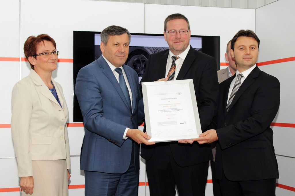 "The Kayser company received the permit to conduct economic activity in the Wałbrzych Special Economic Zone ""INVEST-PARK"". In the photo from the left: Barbara Kaśnikowska, President of the WSEZ ""INVEST-PARK""; Janusz Piechociński, Deputy Prime Minister and Minister of Economy; Kurt Heinz Borth, President of the Board of A. Kayser Automotive Systems GmbH; Stanisław Longawa, Administrator of the Gmina of Kłodzko."
