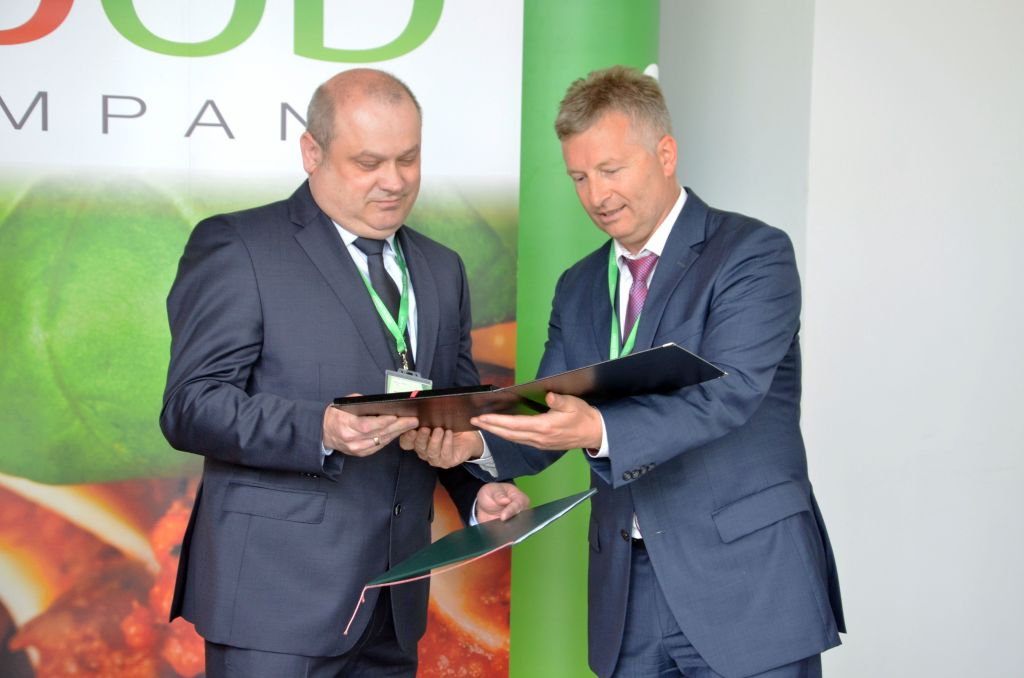 Tomasz Jakacki, Deputy President of the Wałbrzych zone, presented Maciej Wajs, Managing Director of the Pasta Food facility, with a commemorative agate in recognition of the investor's achievements