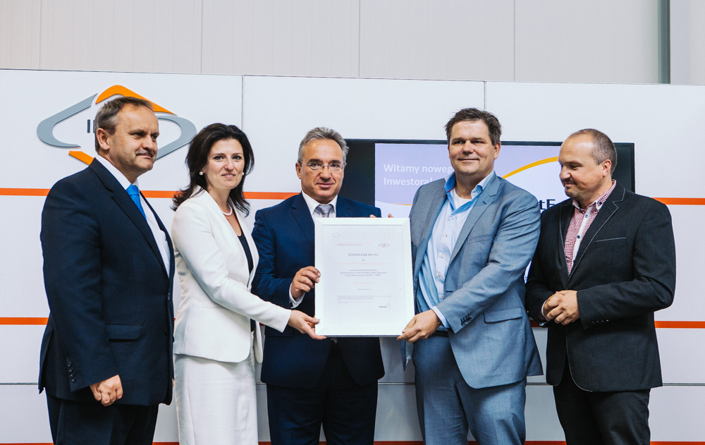"A permit to conduct business activity in the Wałbrzych zone was symbolically granted during the ceremony. From the left: Teodor Stępa, Deputy President of the WSEZ ""INVEST-PARK""; Ilona Antoniszyn-Klik, Deputy Minister of Economy; Piotr Roman, Mayor of Bolesławiec; Joost van Helden, board member of Favorite Gifts Print Europe; Paweł Zech, Managing Director of Favorite Gifts Print Europe in Bolesławiec."