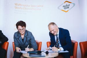 """Uroczyste podpisanie porozumienia odbyło się w wałbrzyskim Zamku Książ. Na zdjęciu Barbara Kaśnikowska, prezes WSSE """"INVEST PARK"""" oraz Rafał Jurkowlaniec, prezes LSSE"""