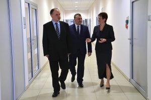 Od lewej: Maciej Badora, prezes Wałbrzyskiej Specjalnej Strefy Ekonomicznej, Michał Szukała, wiceprezes WSSE oraz Barbara Kaśnikowska, była prezes spółki