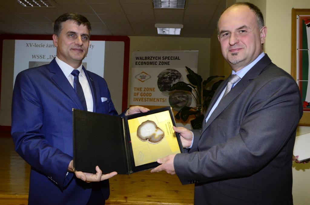 """Prezes WSSE """"INVEST-PARK"""", Maciej Badora, wręcza pamiątkowy agat burmistrzowi Żarowa, Leszkowi Michalakowi, z podziękowaniami za dotychczasową współpracę"""